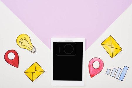 Photo pour Vue supérieure de la tablette numérique avec écran blanc et papier coupé icônes de réseau social sur fond violet et blanc - image libre de droit