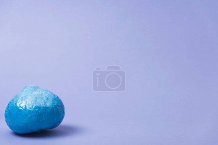 Photo pour Citrouille bleue peinte sur fond violet - image libre de droit