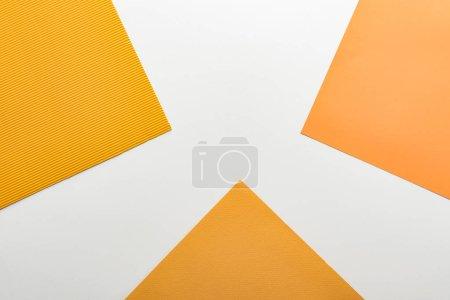 Photo pour Vue supérieure du papier jaune lumineux sur le fond blanc - image libre de droit