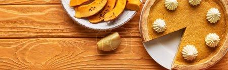 Photo pour Vue de dessus de délicieuse tarte à la citrouille, pommes sur table en bois orange, vue panoramique - image libre de droit