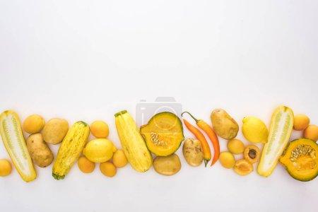 Foto de Vista superior de las frutas y hortalizas amarillas sobre fondo blanco - Imagen libre de derechos
