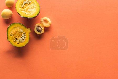 Photo pour Vue du haut de l'abricot jaune et de la citrouille sur fond orange avec espace de reproduction - image libre de droit
