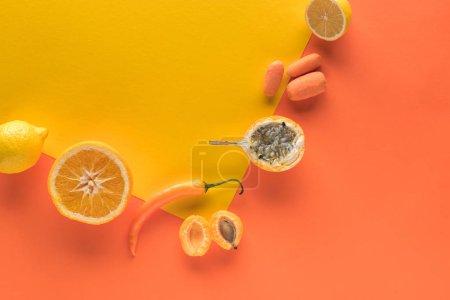 Foto de Frutas y hortalizas maduras de fondo amarillo y naranja - Imagen libre de derechos