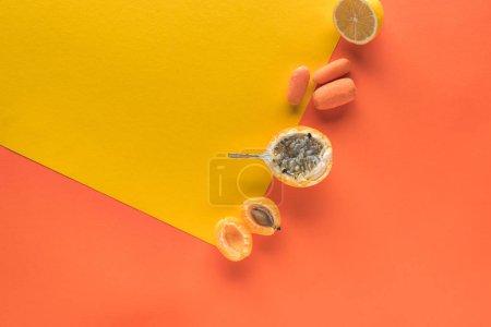 Photo pour Vue d'en haut de délicieux fruits et légumes sur fond jaune et orange avec espace de photocopie - image libre de droit