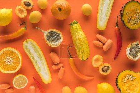 Foto de Vista superior de las frutas y hortalizas amarillas sobre fondo naranja - Imagen libre de derechos