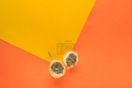 Draufsicht auf süße Granadilla auf gelbem und orangefarbenem Hintergrund mit Kopierraum