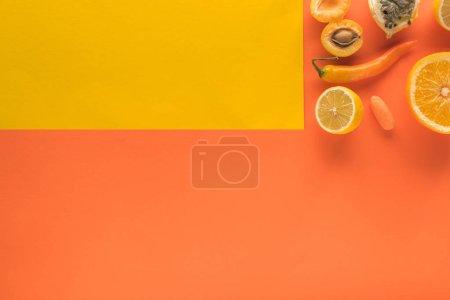 Photo pour Vue d'en haut des fruits et légumes jaunes sur fond jaune et orange avec espace de photocopie - image libre de droit