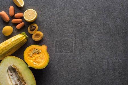 Photo pour Vue de dessus des fruits et légumes jaunes sur fond texturé gris avec espace de copie - image libre de droit