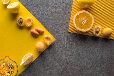 Foto de Vista superior de frutas y verduras en fondo amarillo y gris - Imagen libre de derechos