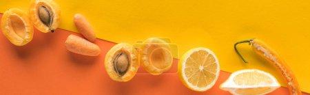 Photo pour Vue en haut des fruits et légumes jaunes sur fond orange avec espace de copie, photo panoramique - image libre de droit