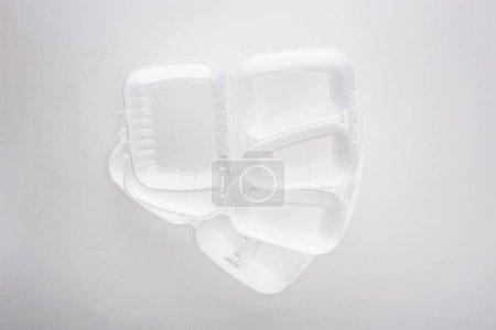 vista superior de paquetes ecológicos vacíos sobre fondo blanco