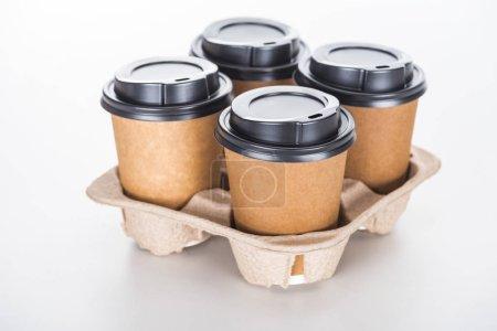 Photo pour Tasses de papier avec café dans un plateau en carton sur fond blanc - image libre de droit