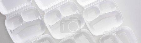 Foto de Foto panorámica de eco-paquetes vacíos sobre fondo blanco - Imagen libre de derechos