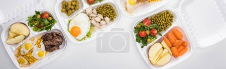 Photo pour Photo panoramique d'écoemballages avec pommes, légumes, viande, oeufs frits et salades sur fond blanc - image libre de droit