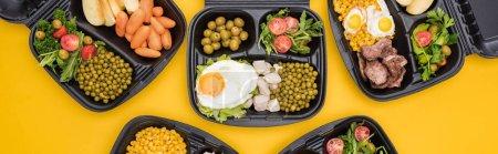 Photo pour Plan panoramique des emballages écologiques avec légumes, pommes, viande, œufs frits et salades isolées sur jaune - image libre de droit