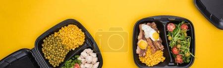 Photo pour Plan panoramique des emballages écologiques avec légumes, viande, œufs frits et salade isolée sur jaune - image libre de droit