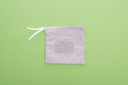 Foto de Vista superior de la bolsa gris ecológica aislada en verde - Imagen libre de derechos