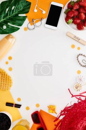 Photo pour Bloc de bois avec inscription de juillet, comprimé numérique, lunettes de soleil, jus d'orange, fraises fraîches, gaufres, cosmétiques, feuille verte, écouteurs isolés sur blanc - image libre de droit