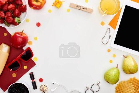 """Photo pour Bloc de bois avec inscription """"august"""", comprimé numérique, lunettes de soleil, jus d'orange, fraises fraîches, pommes, poires, gaufres, cosmétiques, écouteurs isolés sur blanc - image libre de droit"""