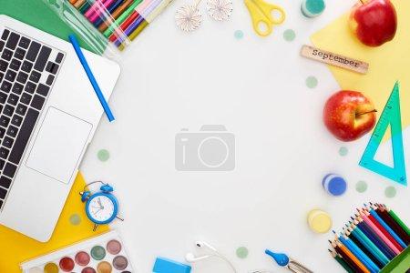 portátil, manzanas, útiles escolares, acuarela y pinturas gouache, papel multicolor, bloque de madera con inscripción de septiembre aislado en blanco