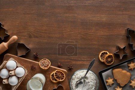 Photo pour Top vue des ingrédients des biscuits de Noël sur une table en bois - image libre de droit