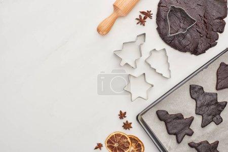 Photo pour Top vue de la préparation des biscuits de Noël sur fond blanc - image libre de droit