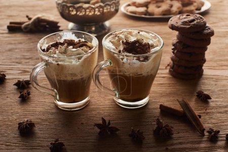Photo pour Cacao de Noël sur table en bois avec anis, cannelle et biscuits - image libre de droit