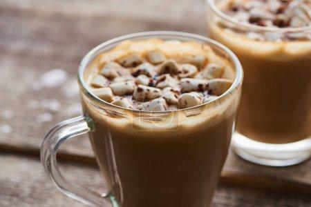 Photo pour Cacao avec guimauve et cacao en poudre dans des tasses sur table en bois - image libre de droit