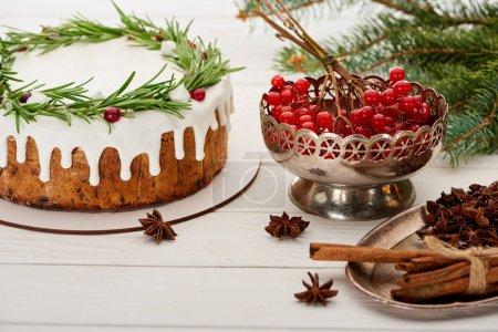 Photo pour Pâte de Noël, épices et baies de viburnum sur table blanche en bois avec branches d'épinette - image libre de droit