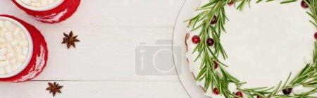 Photo pour Top vue de deux tasses de cacao et tarte de Noël sucrée sur table blanche en bois - image libre de droit