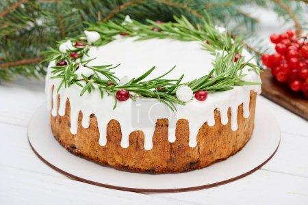 Photo pour Tarte de Noël aux baies de romarin et de viburnum sur table blanche en bois avec branches d'épinette - image libre de droit