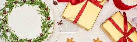 Photo pour Vue du dessus de tarte de Noël, biscuits, tasse de cacao et boîtes-cadeaux sur table en bois blanc - image libre de droit