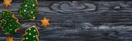 Photo pour Vue de dessus des biscuits doux d'arbre de Noël sur la table en bois sombre - image libre de droit