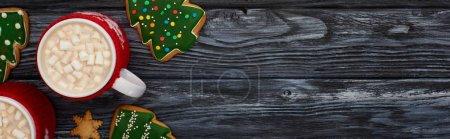 Photo pour Vue d'ensemble du cacao avec guimauves et biscuits de Noël sur une table en bois foncé - image libre de droit