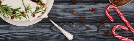 Photo pour Top vue de la tarte de Noël avec romarin et canneberges sur table en bois foncé avec cannes de bonbon - image libre de droit
