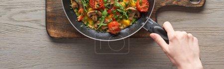 Omelett mit Champignons, Tomaten und Gemüse in der Pfanne