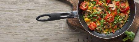 Blick von oben auf hausgemachtes Omelett in der Pfanne zum Frühstück