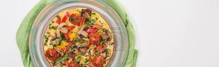 Photo pour Vue de dessus de l'assiette avec omelette savoureuse pour le petit déjeuner sur table blanche avec serviette - image libre de droit