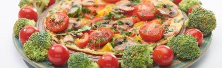 Photo pour Gros plan de la maison omelette savoureuse sur assiette avec tomates fraîches et brocoli - image libre de droit