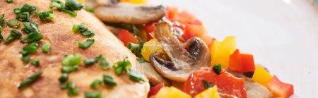 Photo pour Gros plan de l'omelette enveloppée délicieuse avec des légumes sur l'assiette - image libre de droit