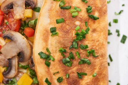 Nahaufnahme von hausgemachtem Omelett mit Gemüse