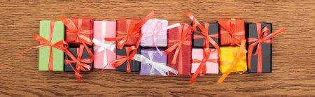 vue du dessus des petites boîtes-cadeaux décoratives sur fond en bois, panoramique