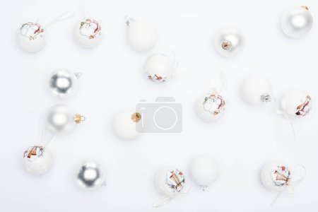 Photo pour Top view of silver and  white baubles on white background - image libre de droit