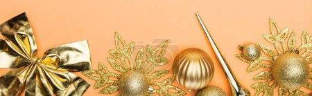 Photo pour Vue de dessus du décor de Noël doré sur fond orange, panoramique - image libre de droit