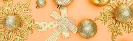 Photo pour Vue du dessus de la décoration de Noël dorée sur fond orange, vue panoramique - image libre de droit