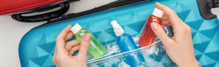 Panoramaaufnahme einer Frau, die helle Flaschen mit Flüssigkeiten hält