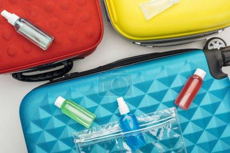 Foto de Vista superior de las botellas brillantes con líquidos en la bolsa de viaje. - Imagen libre de derechos