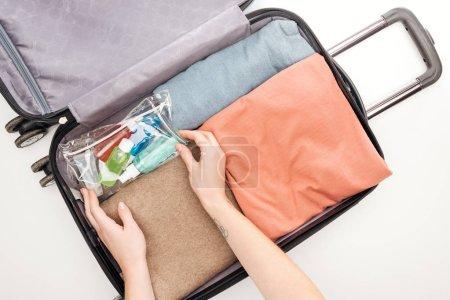 Foto de Vista recortada de la bolsa de viaje femenina embalada en fondo blanco - Imagen libre de derechos