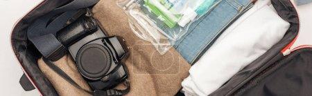 Photo pour Photo panoramique de sac de voyage avec serviette, sac cosmétique avec des bouteilles colorées, appareil photo numérique, vêtements - image libre de droit