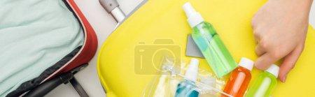 Photo pour Plan panoramique de la femme tenant bouteille colorée avec du liquide sur fond blanc - image libre de droit